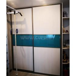 Шкаф-купе с вставкой бирюзового стекла